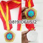 pembuat medali wisuda
